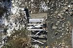 Zničené lavičky na Kotli