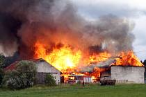Požár ve Svojkovicích byl mohutný.