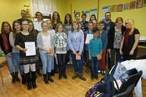 SPOLEČNÝ snímek oceněných účastníků akce a hostů, kteří se zúčastnili vyhlášení výsledků soutěže.