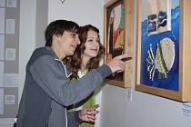 VYZNĚNÍ KOMBINACE keramiky a malby při prohlídce výstavy výtvarných děl žáků gymnázia zaujalo i Davida Hrona a Terezu Zíkovou.