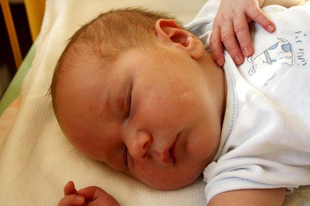 JAKUB KASTNER z Rokycan se narodil 9. září v 15 hodin a 26 minut. Manželé Lucie a Tomáš se pohlaví dítěte dozvěděli až na porodním sále. Doma už mají dvě slečny, Jitku (17 let) a Natálku (necelé 2 roky). Kubík vážil při narození 4000 g, měřil 50 cm.