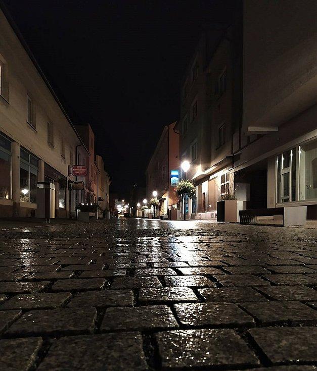 Palackého ulice v centru Rokycan krátce po 21. hodině. Nedávno opravená pěší zóna soutěžila ve Stavbě roku 2020, ale v noci to prakticky nikdo neohodnotí.
