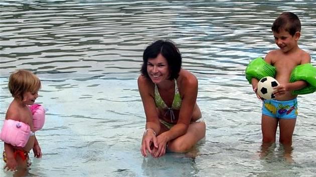 Ve středu na rokycanské koupaliště zavítala i Lenka Hamouzová s Tomáškem a Markétkou.