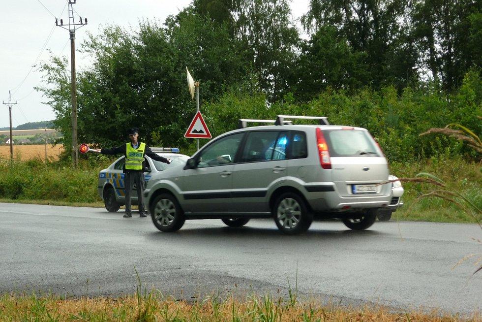 Před Mirošovem policisté odkláněli dopravu. Do Mirošova to šlo jedině přes Janov.