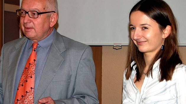 Čtvrtý ročník Ceny města Rokycan za vynikající přínos ve vědě a vývoji i tvůrčí činnosti v umění je minulostí. Vyhrála ho Michaela Nováková (na snímku se starostou Janem Balounem).