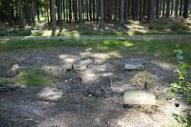 MÍSTO, kde pod Kotlem ještě nedávno stávala jedna z laviček, připomíná v současnosti už jen rozbité podloží.