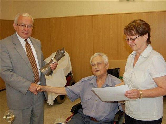 Představitelé okresního města vyrazili v pátek za oceněným devadesátníkem do mirošovské Harmonie.