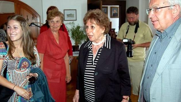 Rodačka a čestná občanka Rokycan Zdeňka Fantlová (uprostřed).