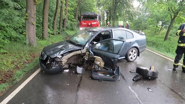 STŘEDEČNÍ NEHODA u Příkosic si vyžádala lehké zranění motoristky. Silnice byla na hodinu a půl uzavřená.