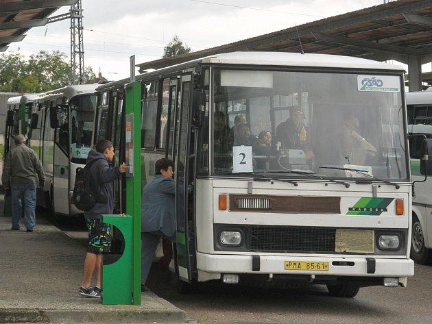 Vlakové spojení v Rokycanech nahradily autobusy.