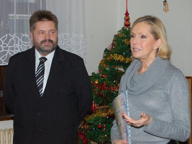 HELENA VONDRÁČKOVÁ je jako patronka DSS Liblín na severu Rokycanska často. V úterním odpoledni dovezla lístky na koncert do Lucerny a převzal je ředitel domova Petr Kounovský.