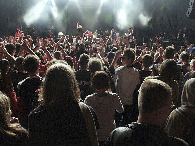 Punkový festival ve Zbiroze přilákal více než tisíc návštěvníků. Hlavním lákadlem byla skupina Tři sestry (na snímku).