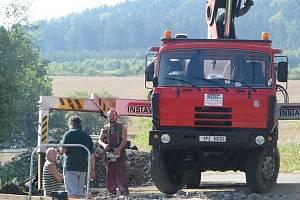 Rekonstrukce mostu nad Klabavou teď vrcholí. Dělníci slibují přesné dodržení termínu předání stavby obci.