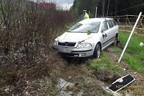 Auto skončilo mimo dálnici