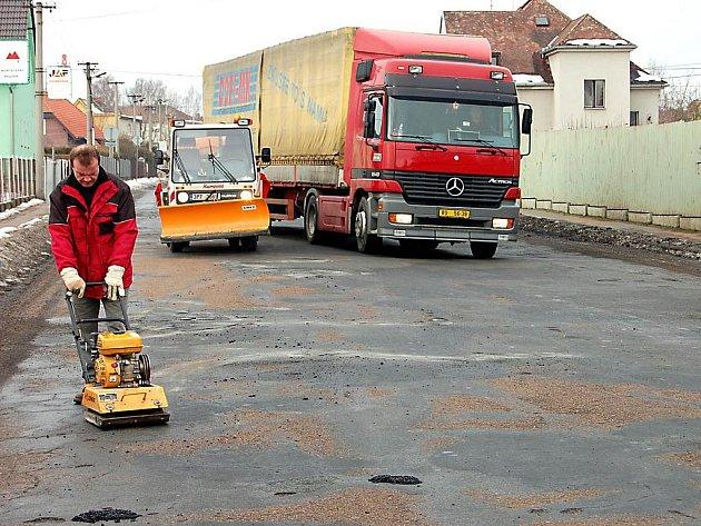 Frekventovanou ulici Boženy Němcové obsadili specializovaní pracovníci Rumpoldu – R, Rokycany. Jejich úkolem bylo opravit velké díry, které na komunikaci trápily motoristy.