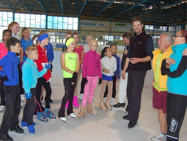ALAN SPIEGL (na pravé straně snímku společně s bývalou reprezentantkou Veronikou Vrtělovou, trénující nyní v Norsku) má na povel přes 200 bruslařů z celého světa. V Rokycanech se vystřídali ve čtyřech turnusech.