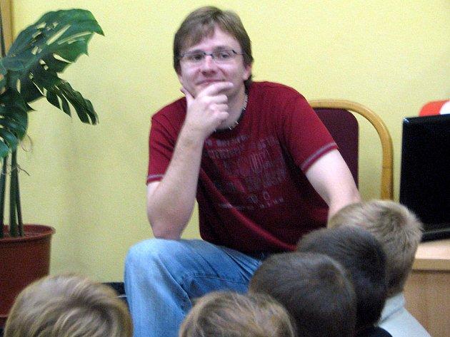 Když v knihovně přihlížel spontánní reakci dětí na svou novou pohádku, neubránil se spokojenému úsměvu.