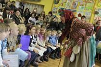 VYSVĚDČENÍ JAKO Z POHÁDKY. Tak by se ve stručnosti daly popsat výsledky prvňáčků ze základních škol v Rokycanech, kteří včera v doprovodu učitelek, rodičů i prarodičů, dorazili do městské knihovny na slavnostní předávání.