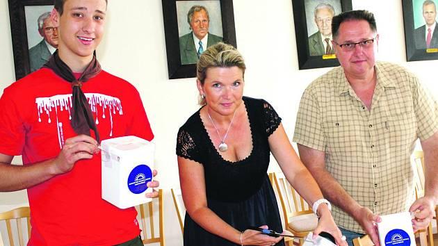 Martin Mrázek (vlevo) dorazil na radnici, aby úředně s vedoucí odboru Evou Praumovou a prvním místostarostou Tomášem Radou spočítali zisk.