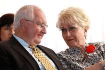 Bývalý rektor Josef Průša a Milada Emmerová na včerejší konferenci v rokycanské sokolovně.