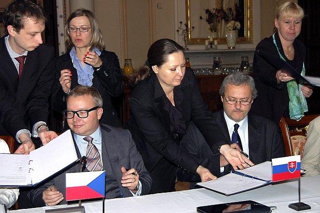 Ministr životního prostředí Tomáš Chalupa (vlevo, přičemž vedle něho usedl slovenský kolega) podepsal včera na zbirožském zámku dokument o závěrech dvoudenního summitu.