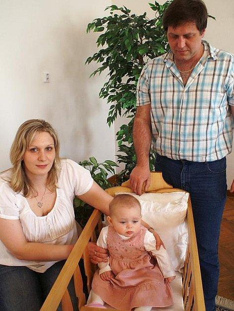 Mezi osmi novými občánky Zbiroha, slavnostně vítanými mezi ostatní, byla i Natálie Horáková, kterou doprovodili oba rodiče.