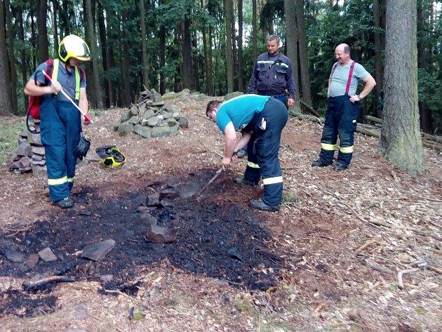 Profesionálové z Rokycan a jejich dobrovolní kolegové z Hrádku zneškodnili ve čtvrtek odpoledne plameny na Hrádeckém vrchu.