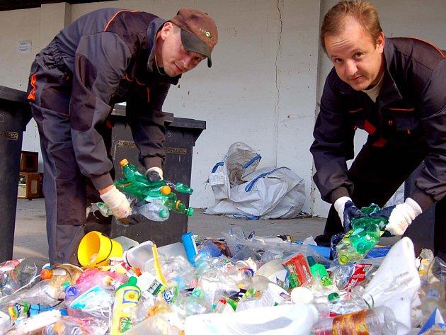 Jan Končal a Vácav Maršík (zleva) v pondělí vyhodnocovali v areálu společnosti Rumpold–R v Němčičkách, jak obyvatelé Rokycan dokážou třídit odpad.