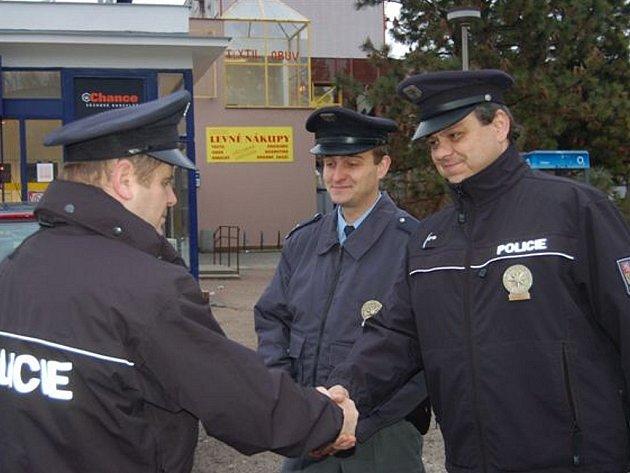 Rokycanský policejní ředitel Josef Svoboda (vlevo) vyrazil na Štědrý den za hlídkou obvodního oddělení Kraft, Rousek.