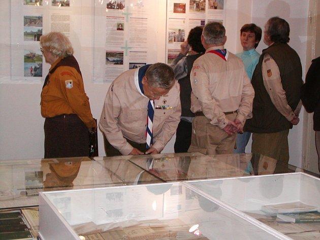 Slavnostní vernisáž výstavy ke 100 letům světového skautingu si v rokycanském muzeu nenechali ujít ani Jiří Ládr a Jiří Světlík z 53. klubu oldskautů v Plzni.