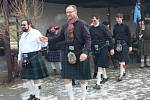 TANEČNÍCI pražské skupiny Nessie se přes počasí kolem nuly oblékli ve Volduchách stylově. Předvedli ukázky skotských zvyklostí.