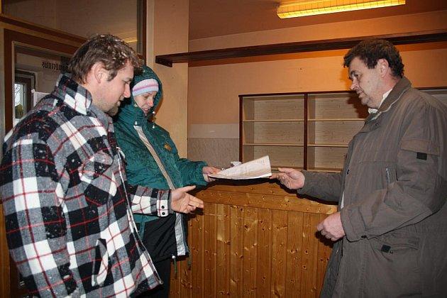 Návštěvníci příkosické restaurace v sousedství fotbalového hřiště vytáhli do boje za změnu verdiktu zdejšího zastupitelstva. prostřednictvím petice (už je v ní více než osmdesát podpisů) chtějí, aby provozovatelka Lenka Lukešová zůstala.