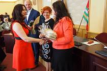 Jana Šopejstalová (vlevo) ze ZŠ a MŠ Holoubkov byla v úterý v sídle krajského úřadu jedinou reprezentantkou Rokycanska při oceňování pedagogů regionu!