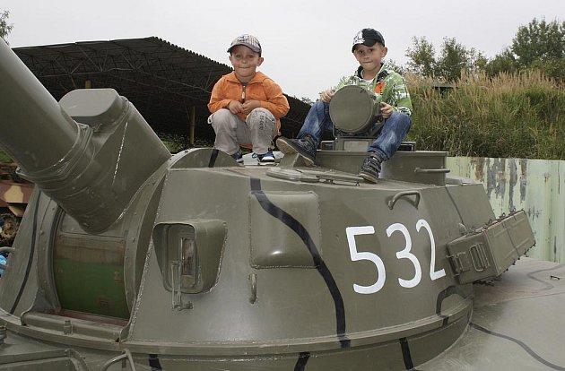 Stát se chvíli ´veliteli´samohybné houfnice Gvozdika se podařilo Radkovi Mošnovi a Petru Vanešovi z Nezvěstic. Doprovázející je děda Ladislav a strýc David Bednář na sebe prozradili, že jsou fandy vojenské techniky.