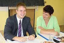Tomáš Ernest přistupoval k maturitě  s úsměvem.  Při češtině, kterou zkoušela Šárka Šauflová, si vedl  velmi dobře. Od pondělí je  tedy  Tomáš šťastným absolventem.