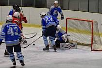Jakub Kulhánek (vzadu v modrém) vstřelil proti Rokycanům dva góly Domažličanů ve vlastním oslabení. Třetí přidal svoji premiérovou trefou v sezoně Václav Polívka (č. 43).