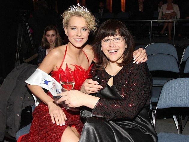 Česká Miss World Veronika Machová s matkou Allou chvíli po své korunovaci.
