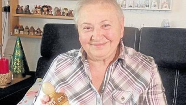 Věra Syrová z Volduch s jedním z exponátů své sbírky.