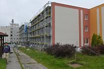 Areál Domova Harmonie v Mirošově se stane výkladní skříní Plzeňského kraje. Na fotografii je jasně viditelný počáteční stav (na budovách vlevo), pokračující práce na zateplování stěn (uprostřed) i konečný vzhled pavilonu (vpravo).