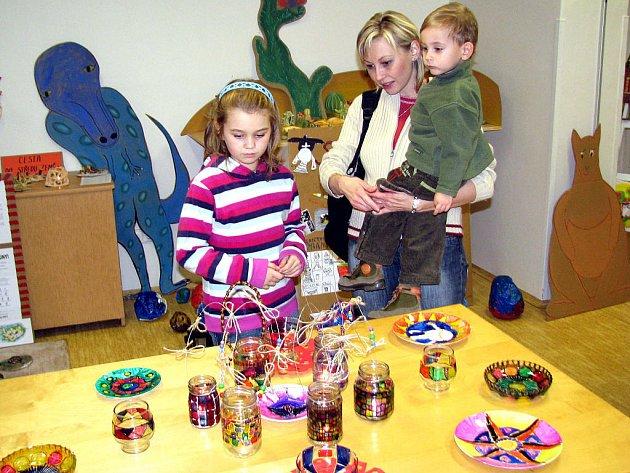 Už sněží, chumelí. Tak se jmenuje výstava dětských prací v rokycanském Domě dětí a mládeže. Vernisáže se zúčastnili také Jana Hořčičková s dcerou Terezkou a synem Matějem.