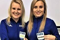 Jana Štychová (vlevo) dosáhla během deseti let s píšťalkou a praporkem nejvyšší mety. Získala odznak FIFA, takže v roli asistentky může jezdit po všech kontinentech. Vpravo je kolegyně Lucie Šulcová.
