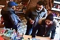 Trojici pachatelů natočila v obchodě kamera