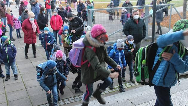 Do největší rokycanské devítiletky se opět vracela část školáků.
