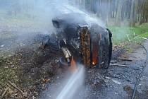 I přes včasný zásah hasičů bylo auto zcela zničené.