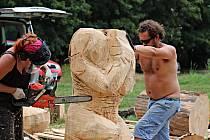 Dřevěné kmeny získají novou podobu. Foto: Jaroslav Kreisinger