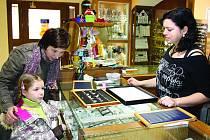 S nadcházejícími svátky se zvyšuje počet nakupujících v obchodech. V rokycanském zlatnictví U Kostela včera dopoledne vybírala dárek Pavla Kučková s dcerou Barborkou a zboží jim nabízela Iva Pužmanová.