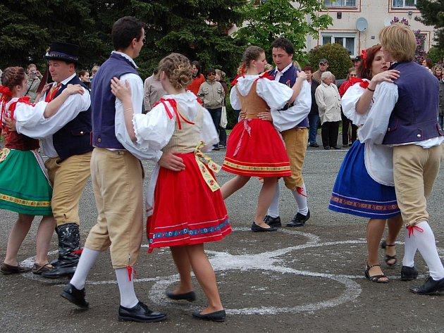 Česká beseda v podání májovníků z Hrádku dopadla v sobotu na betonové ploše před kulturním domem bezchybně.
