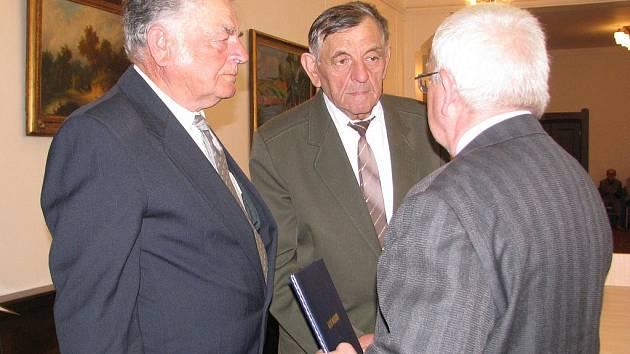 Čestné občanství udělené městem Rokycany Stanislavu Brojovi in memoriam převzali jeho synové Jiří (vlevo) a Jan. Později pietní akt u výročí Brojovy popravy pokračoval u desky na jeho rodném domě ve Volduchách.