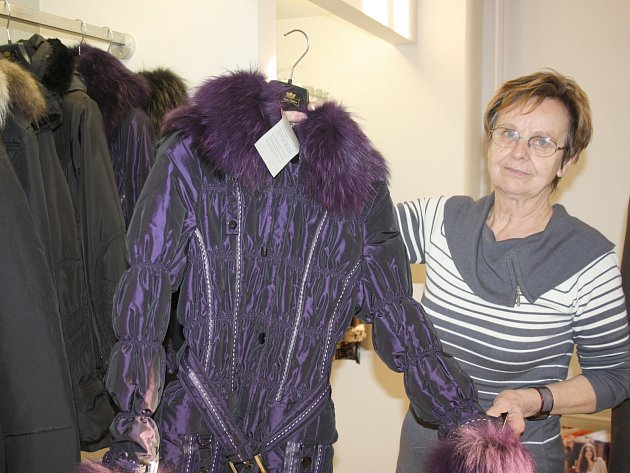 V některých rokycanských prodejnách už slevy vypukly. Jedním z takových obchodů je také EZO móda. Marie Pátková (na snímku) právě ukazuje zlevněné kabáty.