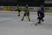 Hokejisté HC DTJ Klabava (s číslem 25 proti Horní Lukavici je  Pavel Hirman) si počínají výtečně v elitní skupině krajské soutěže mužů. Uštědřili jižanům první porážku v poměru 6:4, i když po úvodní třetině o čtyři góly prohrávali!